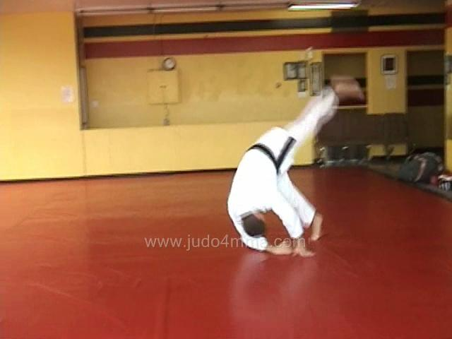 Click for a video showing how to do a Traditional Judo breakfall technique called Chugaeri - Shoulder Roll.